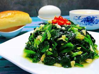 蒜蓉菠菜,搭配小餐包、鹅蛋、大米粥就是标配的早餐