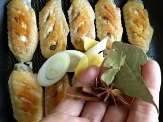 可乐鸡翅,锅放底油煎至两面金黄,加入葱姜桂皮八角香叶