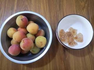 酸酸甜甜+开胃+冰糖杏,准备原料:杏和黄冰糖。杏是从市场上买的,口感酸多甜少,短时间吃不完,我就做成了冰糖杏。