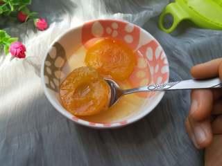 酸酸甜甜+开胃+冰糖杏,甜带有小酸的味道,杏肉软糯的口感,是老人和孩子的绝佳零食。