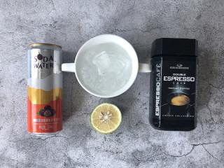 冰爽一夏——柠檬咖啡气泡水,准备好食材,冰块提前用纯净水冻好,柠檬洗净,我用的是青柠。