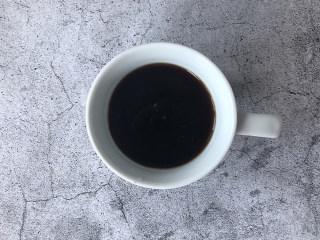 冰爽一夏——柠檬咖啡气泡水,2g速溶咖啡粉加100ml的饮用水冲一杯黑咖啡备用。