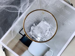 冰爽一夏——柠檬咖啡气泡水,先把冰块倒入高玻璃杯;