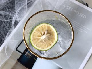 冰爽一夏——柠檬咖啡气泡水,柠檬可以稍微挤一下放入杯子里;