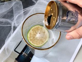 冰爽一夏——柠檬咖啡气泡水,倒入苏打水;