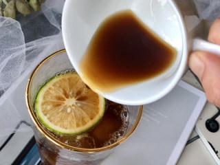 冰爽一夏——柠檬咖啡气泡水,再把咖啡倒进去,慢慢倒还会有好看的分层,我一边倒一边拍照没有控制好,但是也有渐变的效果。