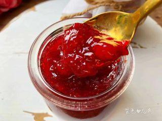 草莓酱,美味的草莓酱做好了,放在锅里晾凉以后,舀到小罐子里装好,放入冰箱冷藏即可。