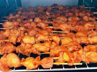叉烧鸡腿串,鸡腿串烤至8分熟取出