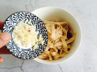 凉拌紫甘蓝豆腐皮,放入蒜末