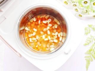 宝宝最爱的藜麦杂蔬饭~,放入锅中。
