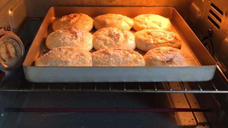 亚麻籽花生饼,烤箱预热至180度,金盘送入烤箱烤至20分钟。