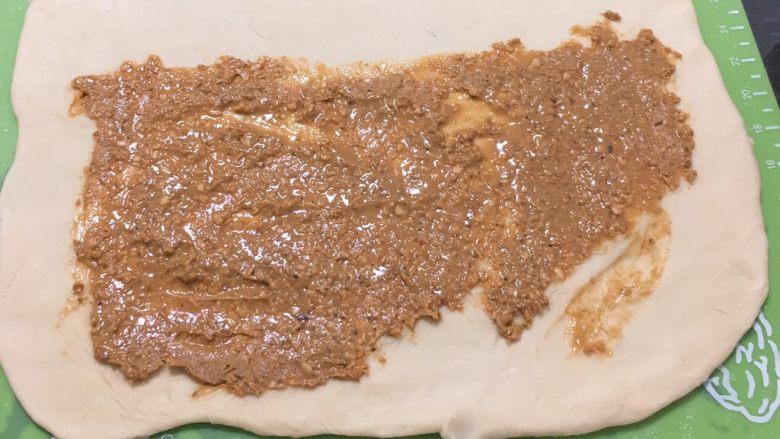 亚麻籽花生饼,铺入亚麻籽花生酱。