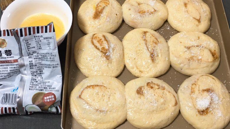 亚麻籽花生饼,发酵完成刷上鸡蛋液,表面撒少许椰蓉。