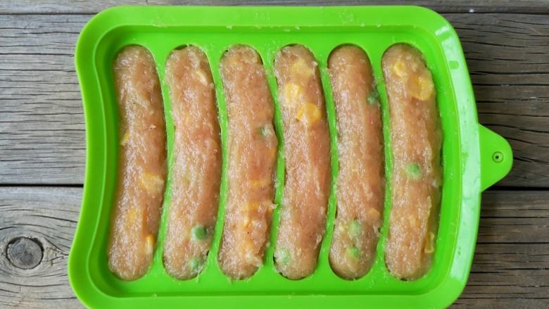 香煎鸡茸玉米肠,在模具内挤入肉糜。