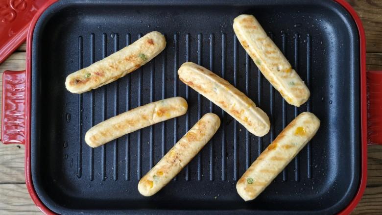 香煎鸡茸玉米肠,放入做好的鸡茸玉米肠,煎至自己喜欢的颜色和口感即可。