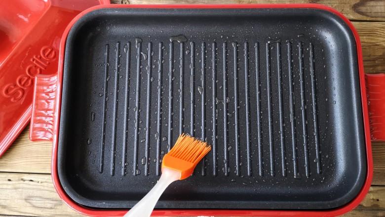 香煎鸡茸玉米肠,煎锅里刷一层薄油,加热锅子。