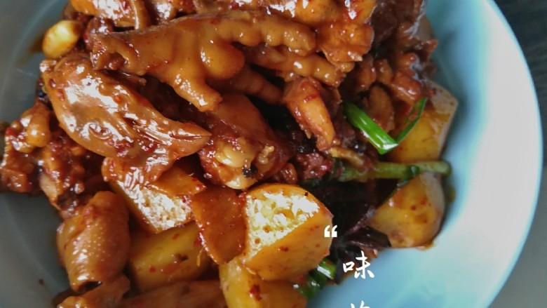啤酒土豆黄焖鸡,翻炒均匀,出锅装盘