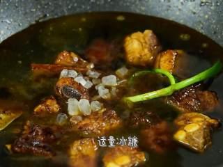 这道菜不仅下饭,还能当主食吃,加入适量冰糖,大火煮开,小火炖40分钟。