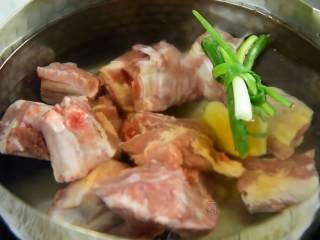 这道菜不仅下饭,还能当主食吃,排骨冷水下锅,加入葱、姜、料酒。