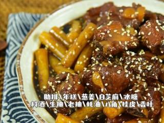 这道菜不仅下饭,还能当主食吃,『食材』  肋排/年糕/葱姜/白芝麻/冰糖 料酒/生抽/老抽/蚝油/八角/桂皮/香叶