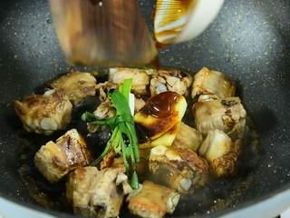 这道菜不仅下饭,还能当主食吃,加入葱、姜、生抽、老抽、蚝油及所有香料。