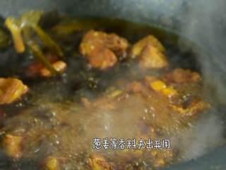 这道菜不仅下饭,还能当主食吃,40分钟后开盖,葱、姜等香料夹出弃用。