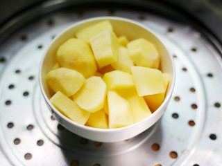 超可爱的笑脸土豆饼,土豆去皮切块蒸熟。