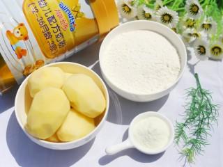 超可爱的笑脸土豆饼,食材① 土豆4个 ② 面粉小半碗 ③澳优能立多G4奶粉2勺 ④盐适量 ⑤植物油适量。