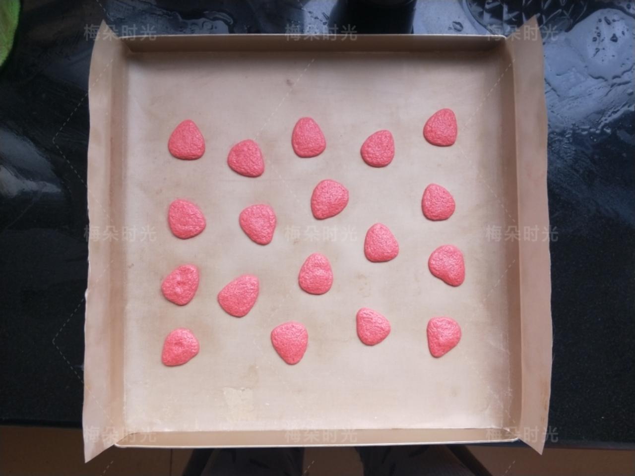 草莓彩绘蛋糕卷,烤盘里铺上油纸或者油布,我用的油布,用裱花袋在油布上错落的挤一些草莓的形状。两边不用挤,因为最后会卷进去。</p> <p>挤好后放进烤箱,烤两三分钟,烤的表面凝固,烤定型。