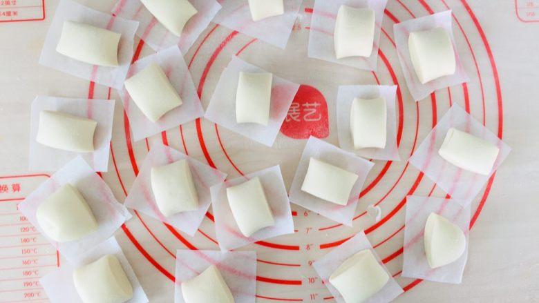 奶香小馒头,垫上油纸。