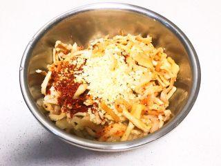响油萝卜干,刺啦一声,把蒜末和辣椒粉的香味被热油击出来了