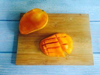 芒果奶昔+夏天的味道,切开芒果在果肉上竖着划几刀,再横着划几刀
