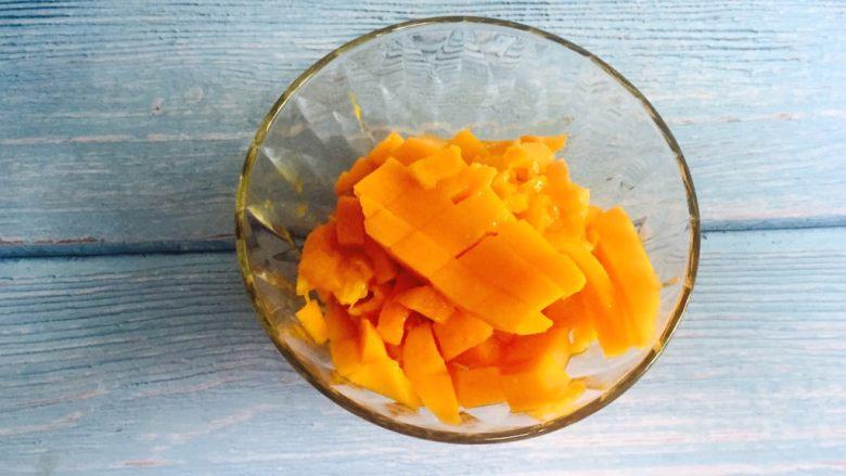 芒果奶昔+夏天的味道,用刀轻轻把芒果肉剔下来