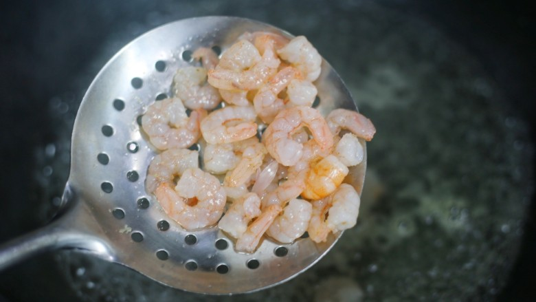 牛油果藜麦虾仁轻食沙拉,然后放入锅中煮熟。