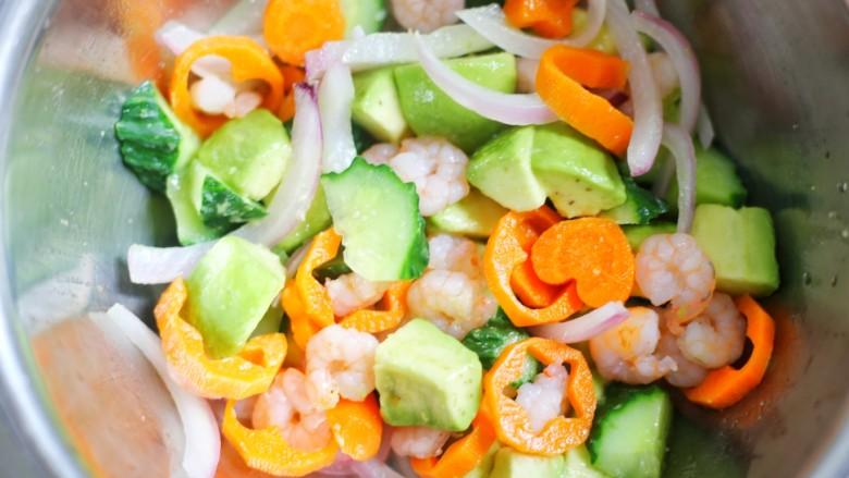 牛油果藜麦虾仁轻食沙拉,黄瓜、胡萝卜、洋葱分别放入锅中烫熟放一起拌匀。