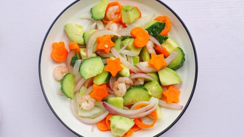牛油果藜麦虾仁轻食沙拉,处理好的食材放入碗中。