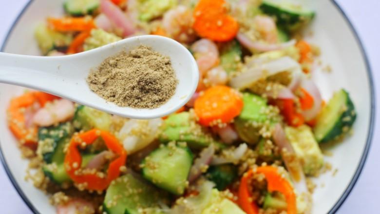牛油果藜麦虾仁轻食沙拉,撒上黑胡椒和盐。