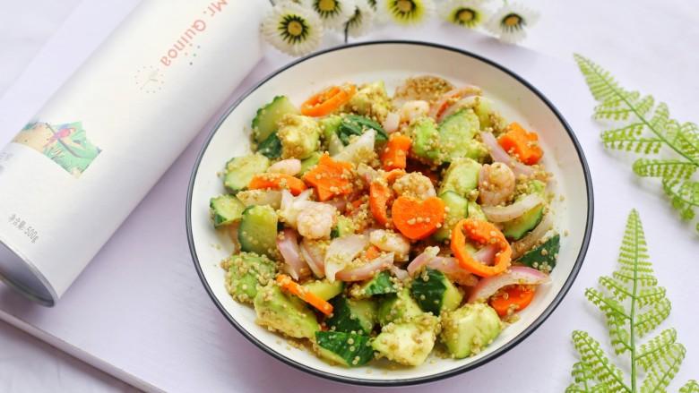 牛油果藜麦虾仁轻食沙拉,颜色明丽。