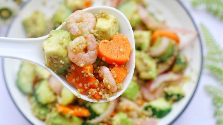 牛油果藜麦虾仁轻食沙拉,并且可以减少油脂的摄入。