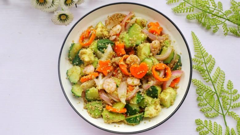 牛油果藜麦虾仁轻食沙拉,营养均衡,荤素搭配,口感和层次丰富。