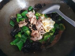 家常小炒,加入小碗中的调料,大火翻炒均匀关火出锅