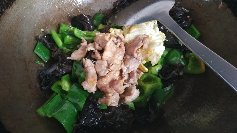 家常小炒,留适量底油,爆香蒜片,放入青椒木耳翻炒一会儿,倒入鸡蛋和肉片