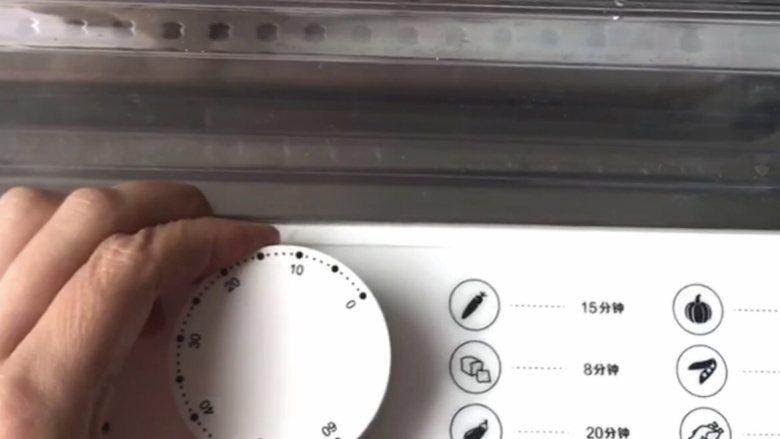 香肠鸡蛋羹,或者放入蒸锅,盖好盖子。开锅后蒸12分钟再焖5分钟。