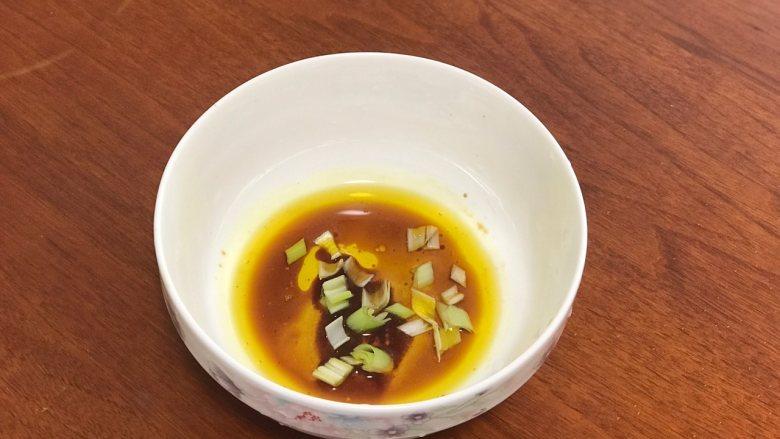 香肠鸡蛋羹,碗中加入油、葱花及所有调料。