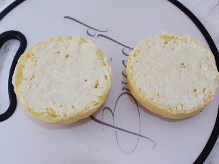 猪排汉堡包,把放凉的汉堡胚横切两半,在切开的两面各涂抹上沙拉酱