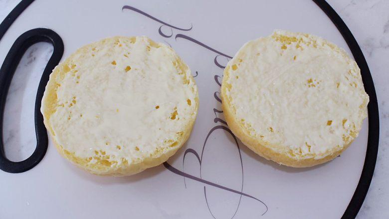 猪排汉堡包,把放凉的汉堡胚横切两半,在切开的两面各涂抹上<a style='color:red;display:inline-block;' href='/shicai/ 4856'>沙拉酱</a>