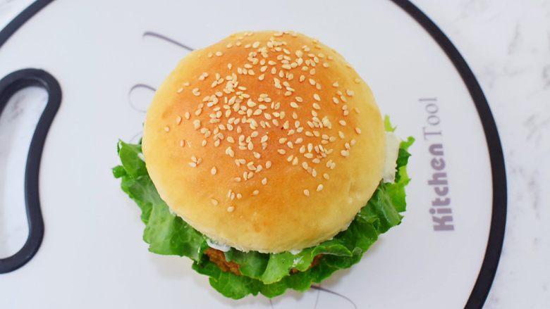 猪排汉堡包,最后把另一片汉堡片盖上
