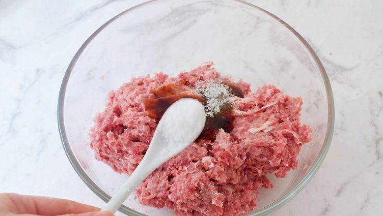 猪排汉堡包,加入盐