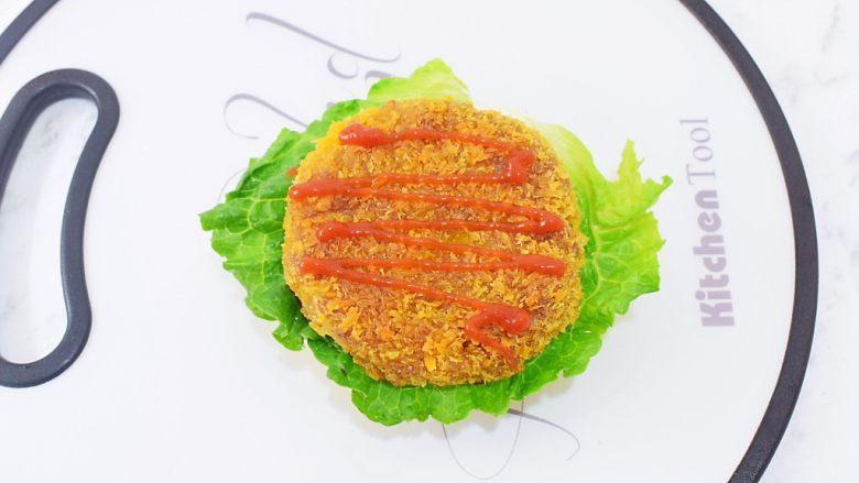 猪排汉堡包,挤上番茄酱