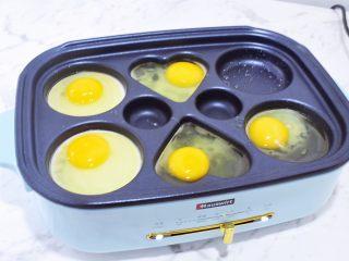 猪排汉堡包,再把鸡蛋煎熟盛出备用